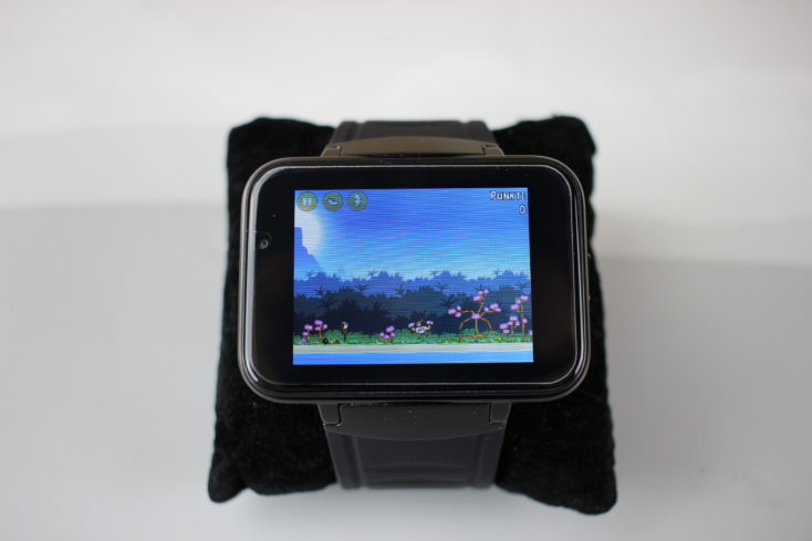 Angry Birds running on the Makibes DM98 Smartwatch