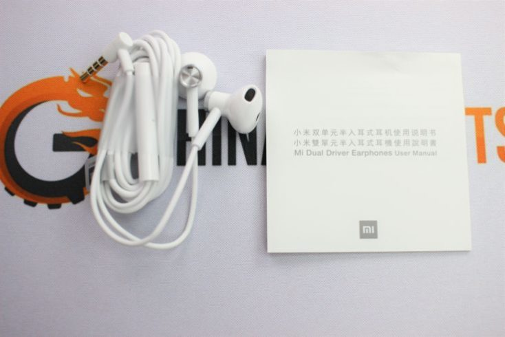 Xiaomi half in-ear headphones included
