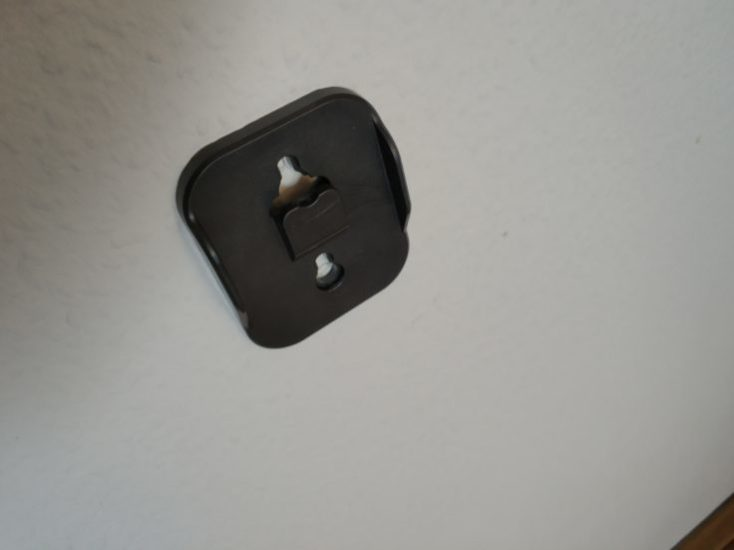 Dibea D18 battery-operated vacuum cleaner wall bracket attached to wall