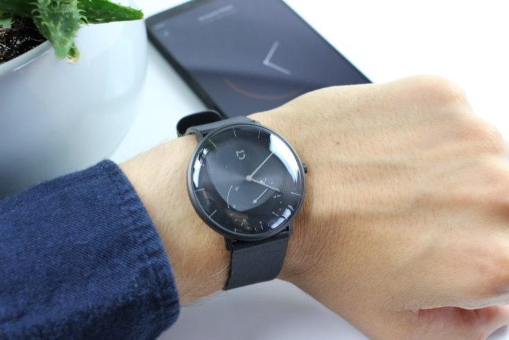 Xiaomi Mijia Hybrid-Smartwatch SYB01 on hand