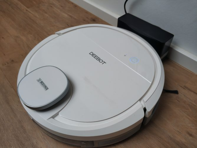 Ecovacs DEEBOT Ozmo 900 vacuum robot at loading station