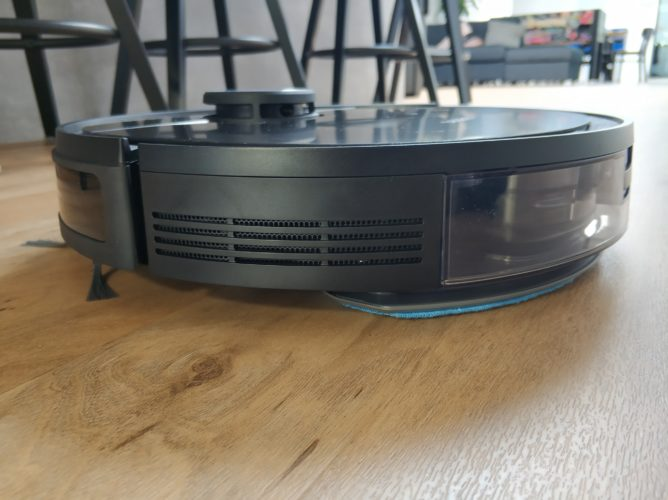 Ecovacs Deebot Ozmo 950 vacuum robot wiping