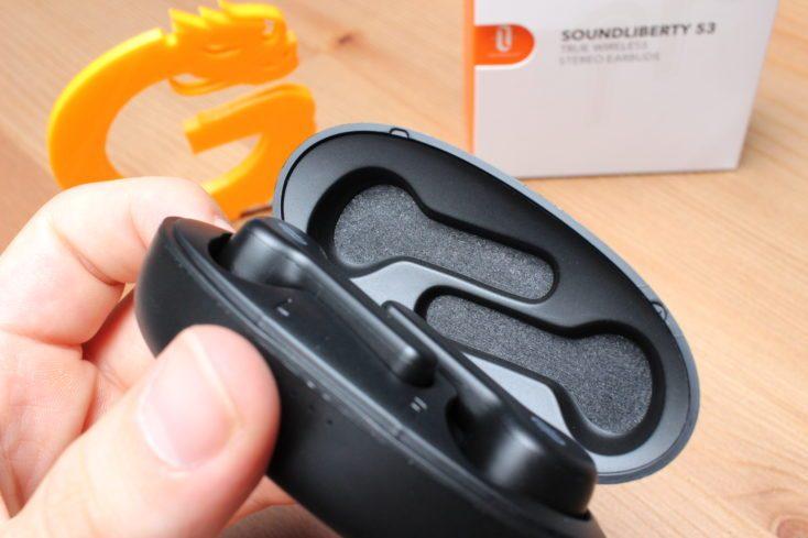 TaoTronics TT-BH053 Charging box open
