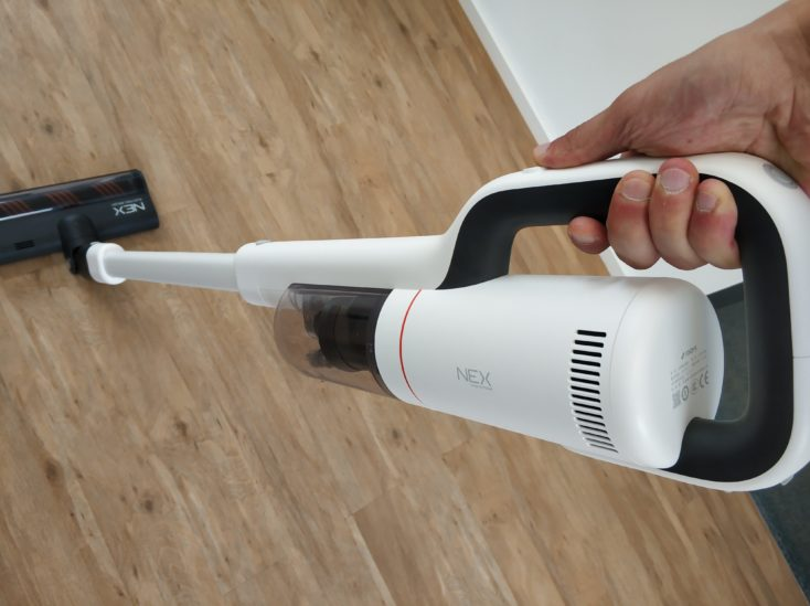 Roidmi NEX Storm vacuum cleaner handling