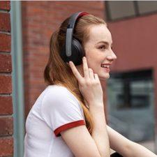 Soundcore Life Q10 girl