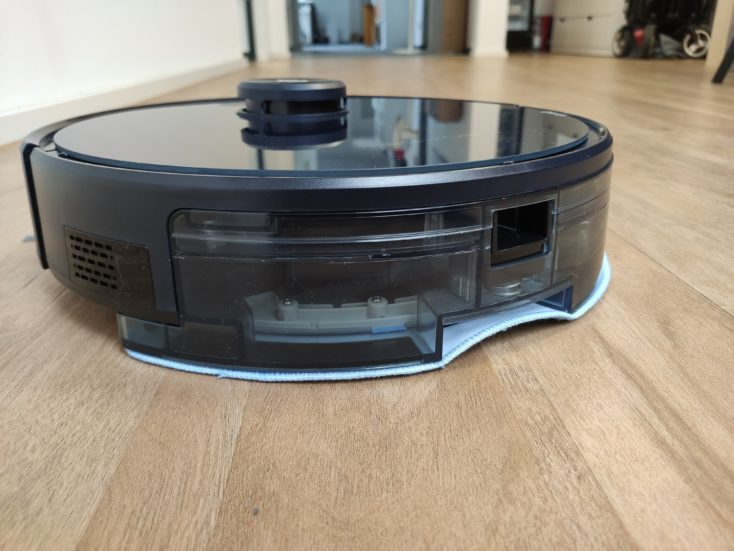 Tesvor S6 vacuum robot wiping