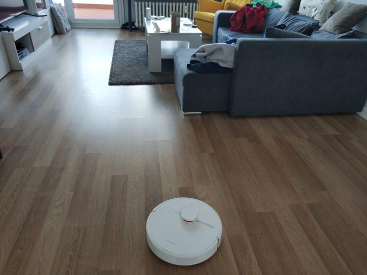 Dreame D9 vacuum robot in apartment