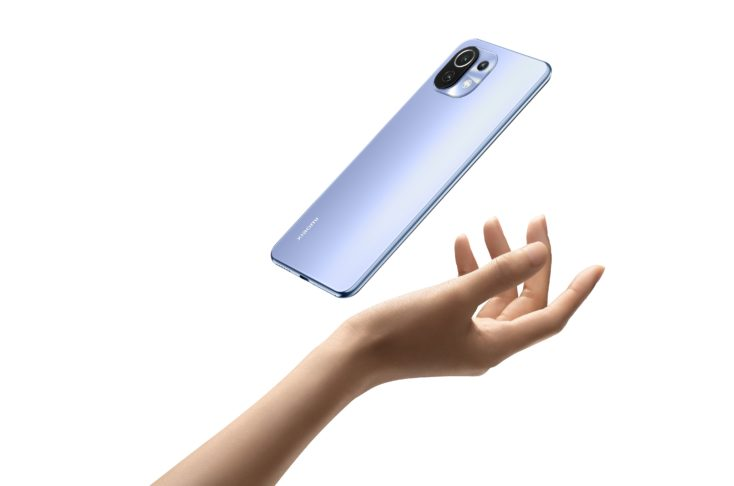 Xiaomi Mi 11 Lite 4G in hand