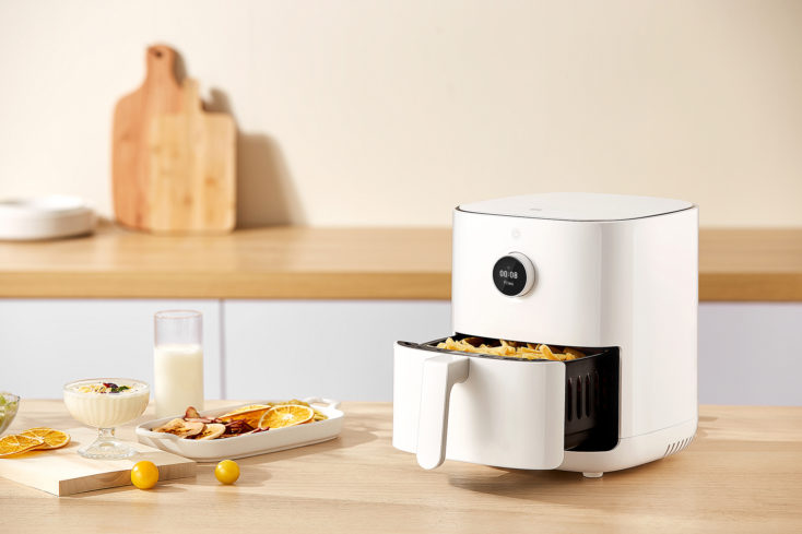 Mi Smart Air Fryer 3.5L hot air fryer on the table