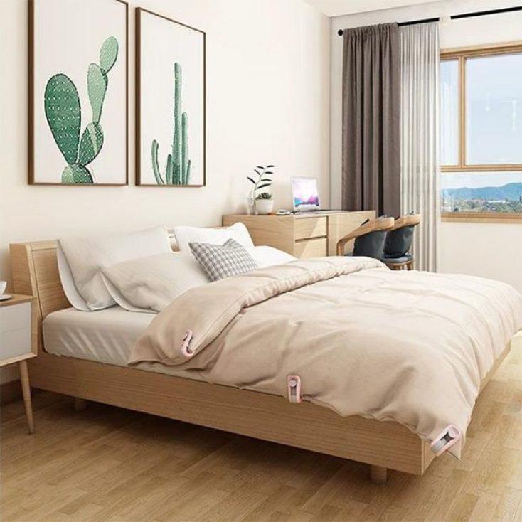 Bedspread clip on bedspread